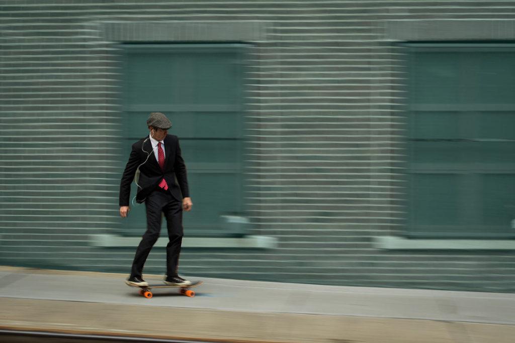 Agilität - Symbolbild Mann auf Skateboard