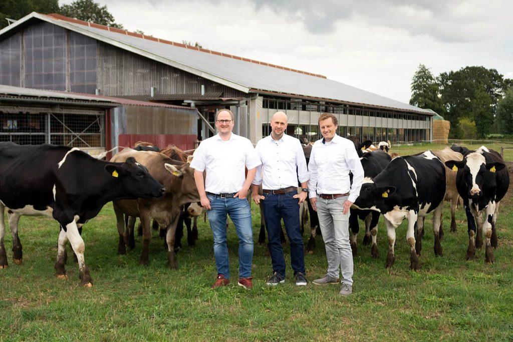 Das Team von FlexFleet vor dem Kuhstall